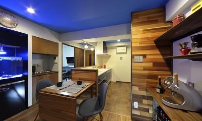 青と木目が調和した空間へ (ダイニングキッチン)