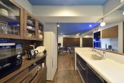 キッチン (青と木目が調和した空間へ)