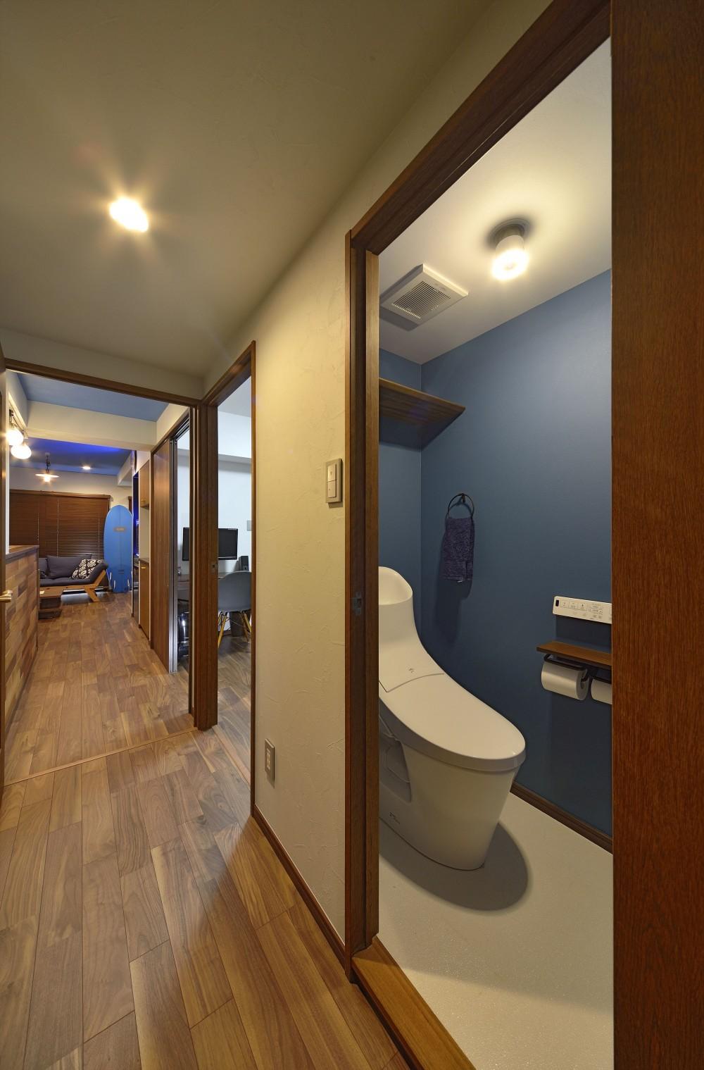 青と木目が調和した空間へ (廊下)