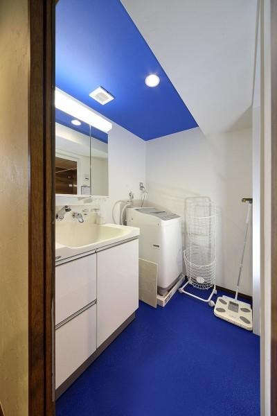 洗面所 (青と木目が調和した空間へ)