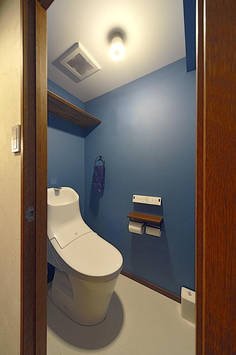 青と木目が調和した空間へ (トイレ)
