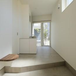 集光の家 (中庭へと目線が抜ける玄関)