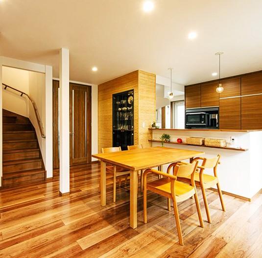 お気に入りの街で購入した中古住宅 木の素材感あふれる「寛ぎのリビング」 (【キッチン】)