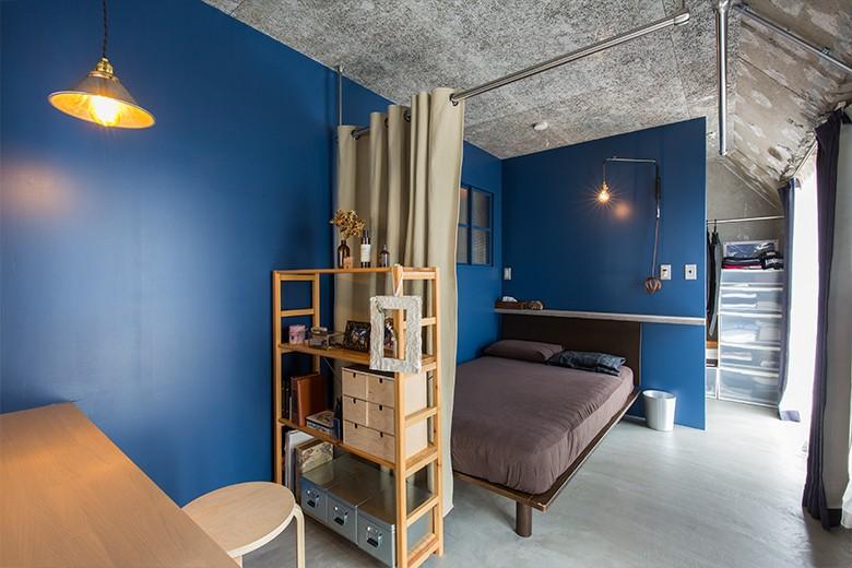 無機質な空間に映えるグリーン。モルタル床の家 (ベッドルーム)