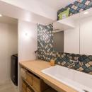 無機質な空間に映えるグリーン。モルタル床の家の写真 洗面