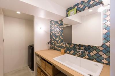 洗面 (無機質な空間に映えるグリーン。モルタル床の家)