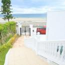 Ocean front House(オーシャン フロント ハウス)海を見て暮らす家の写真 階段のアプローチを上がってポーチへ