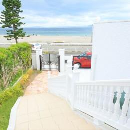 Ocean front House(オーシャン フロント ハウス)海を見て暮らす家 (階段のアプローチを上がってポーチへ)