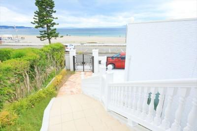 階段のアプローチを上がってポーチへ (Ocean front House(オーシャン フロント ハウス)海を見て暮らす家)