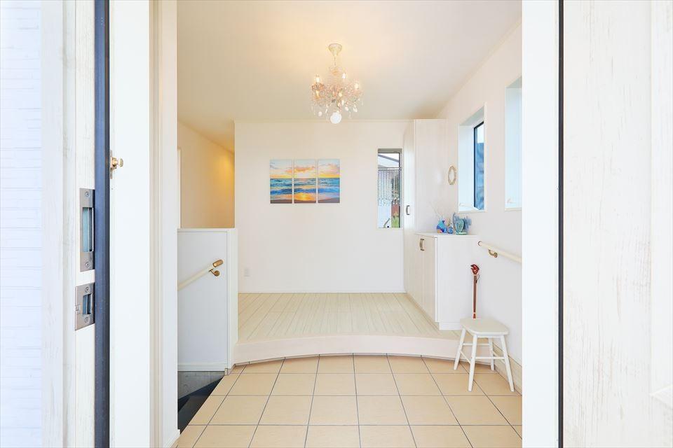 玄関事例:玄関:広さと、ガレージに続く階段室、作り付け玄関収納(Ocean front House(オーシャン フロント ハウス)海を見て暮らす家)