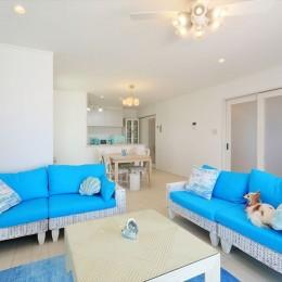 リビング&ダイニング 青の美しさが引き立つインテリア (Ocean front House(オーシャン フロント ハウス)海を見て暮らす家)