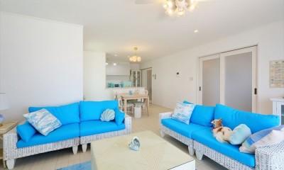 リビング&ダイニング 青の美しさが引き立つインテリア|Ocean front House(オーシャン フロント ハウス)海を見て暮らす家