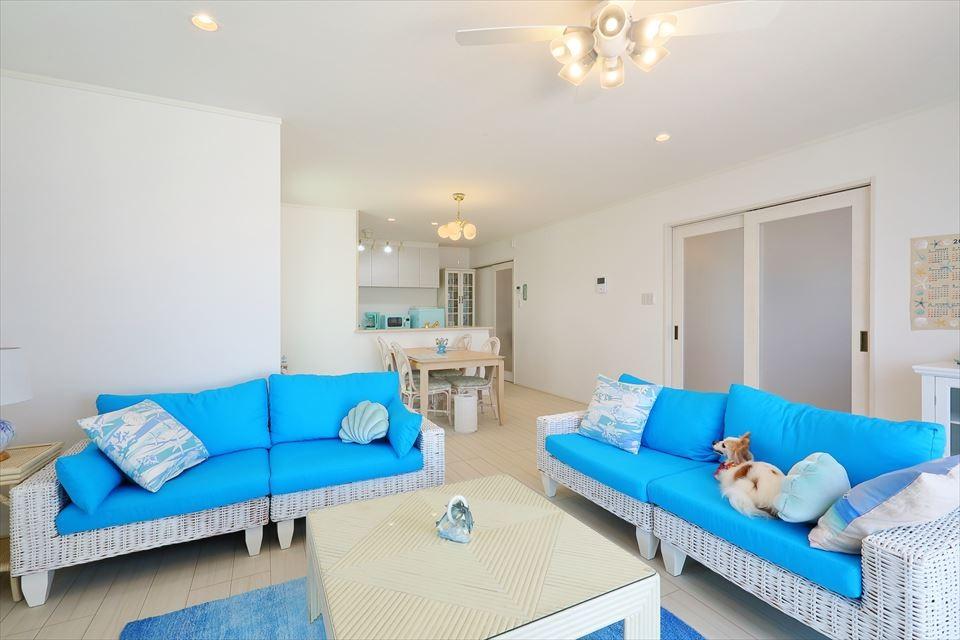 Ocean front House(オーシャン フロント ハウス)海を見て暮らす家 (リビング&ダイニング 青の美しさが引き立つインテリア)