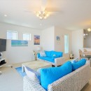 Ocean front House(オーシャン フロント ハウス)海を見て暮らす家の写真 LDK アクセントの青が光ります。