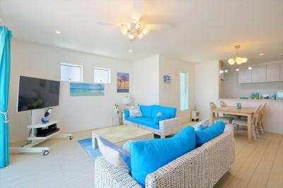Ocean front House(オーシャン フロント ハウス)海を見て暮らす家 (LDK アクセントの青が光ります。)