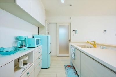 キッチン1 (Ocean front House(オーシャン フロント ハウス)海を見て暮らす家)