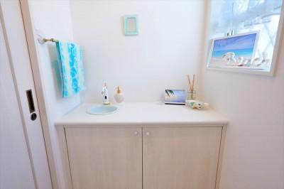 トイレ内手洗い:造作キャビネット (Ocean front House(オーシャン フロント ハウス)海を見て暮らす家)