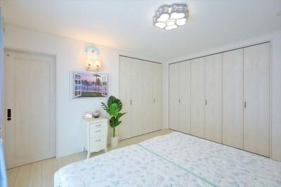 寝室:約4.5m幅のたっぷり収納 (Ocean front House(オーシャン フロント ハウス)海を見て暮らす家)