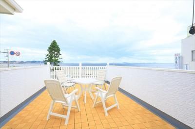 海を見渡す大型バルコニー (Ocean front House(オーシャン フロント ハウス)海を見て暮らす家)