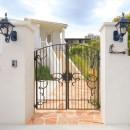 Ocean front House(オーシャン フロント ハウス)海を見て暮らす家の写真 門柱、門扉、アプローチ:アイアンが美しい