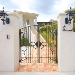 Ocean front House(オーシャン フロント ハウス)海を見て暮らす家 (門柱、門扉、アプローチ:アイアンが美しい)