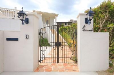 門柱、門扉、アプローチ:アイアンが美しい (Ocean front House(オーシャン フロント ハウス)海を見て暮らす家)