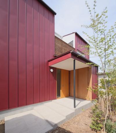 外観2 (雑木林の庭を取り込む家・RED & GREEN HOUSE)