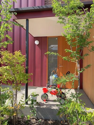 玄関ポーチ (赤の家・RED HOUSE)