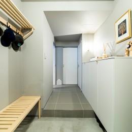 玄関 (黒猫と鼠色の家)