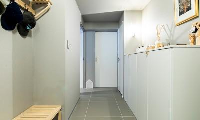黒猫と鼠色の家 (玄関)
