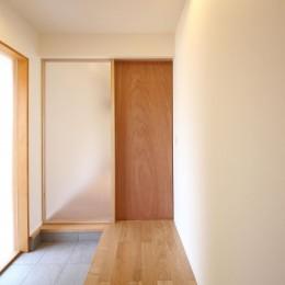 雑木林の庭を取り込む家・RED & GREEN HOUSE (玄関)