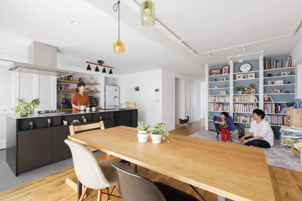 K邸--仕事と暮らしが同居する、住まいの中のアトリエ (リビングダイニング)