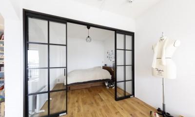 K邸--仕事と暮らしが同居する、住まいの中のアトリエ (ベッドルーム)