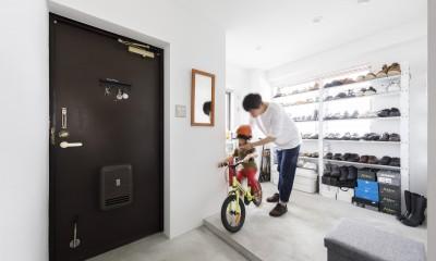K邸--仕事と暮らしが同居する、住まいの中のアトリエ (玄関)