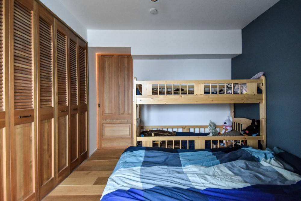 木張りで やさしい空間に (寝室)