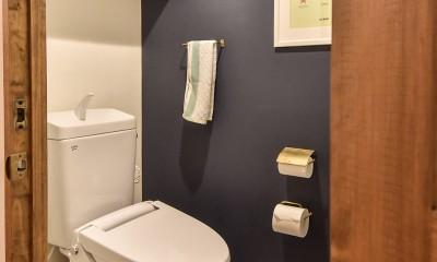木張りで やさしい空間に (トイレ)