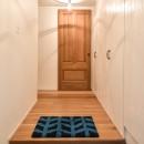 木張りで やさしい空間にの写真 玄関