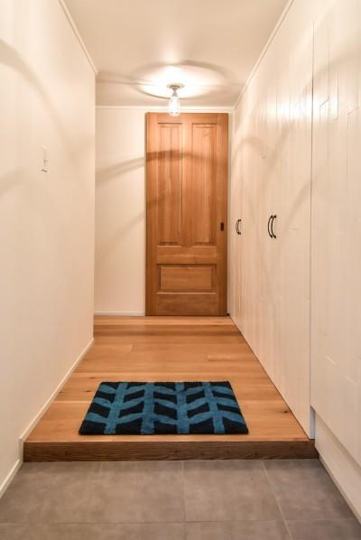 玄関 (木張りで やさしい空間に)