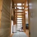ちいさな木のオフィス 〜 カフェのような店舗併用住宅 〜の写真 リビング階段