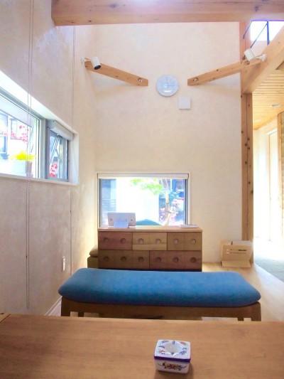 リビング (ちいさな木のオフィス 〜 カフェのような店舗併用住宅 〜)