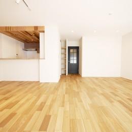 羽目板天井のキッチン空間 (LDK)