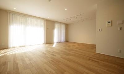 羽目板天井のキッチン空間 (リビングダイニング)
