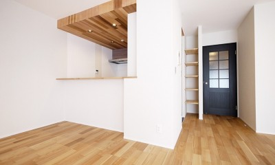 羽目板天井のキッチン空間 (リビング扉とキッチン)
