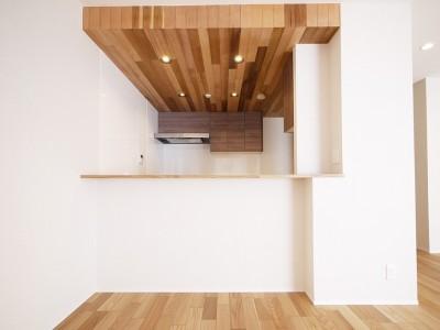 カウンターキッチン (羽目板天井のキッチン空間)