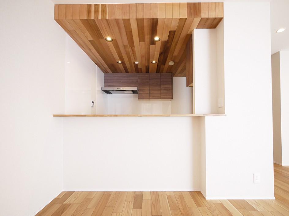 羽目板天井のキッチン空間 (カウンターキッチン)