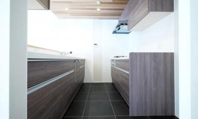 羽目板天井のキッチン空間 (キッチン)