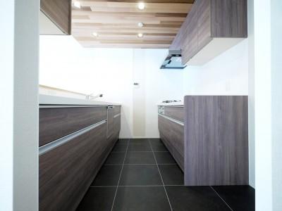 キッチン (羽目板天井のキッチン空間)