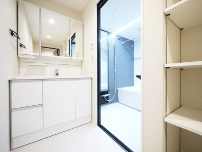 洗面・バスルーム (羽目板天井のキッチン空間)
