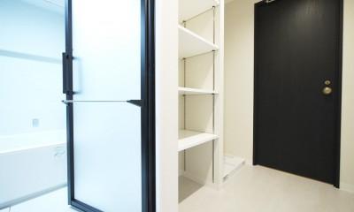 羽目板天井のキッチン空間 (洗面室収納)