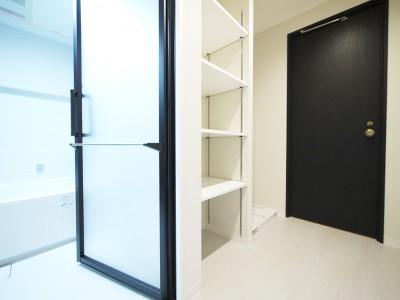洗面室収納 (羽目板天井のキッチン空間)